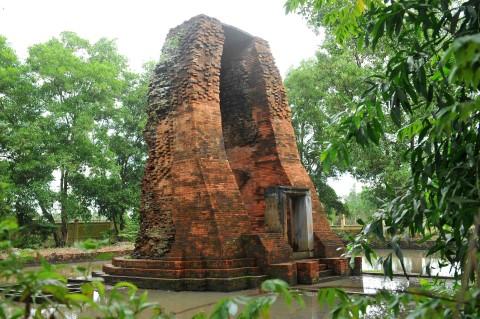 Toàn cảnh tháp cổ Vĩnh Hưng