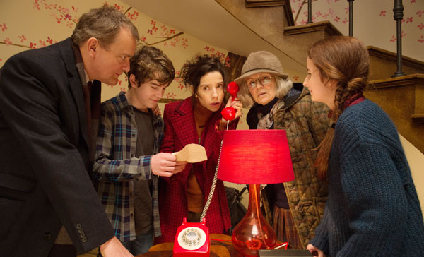 The Browns ((Hugh Bonneville, Sally Hawkins, Julie Walters, Madeleine Harris and Samuel Joslin) in PADDINGTON 2 (2017)