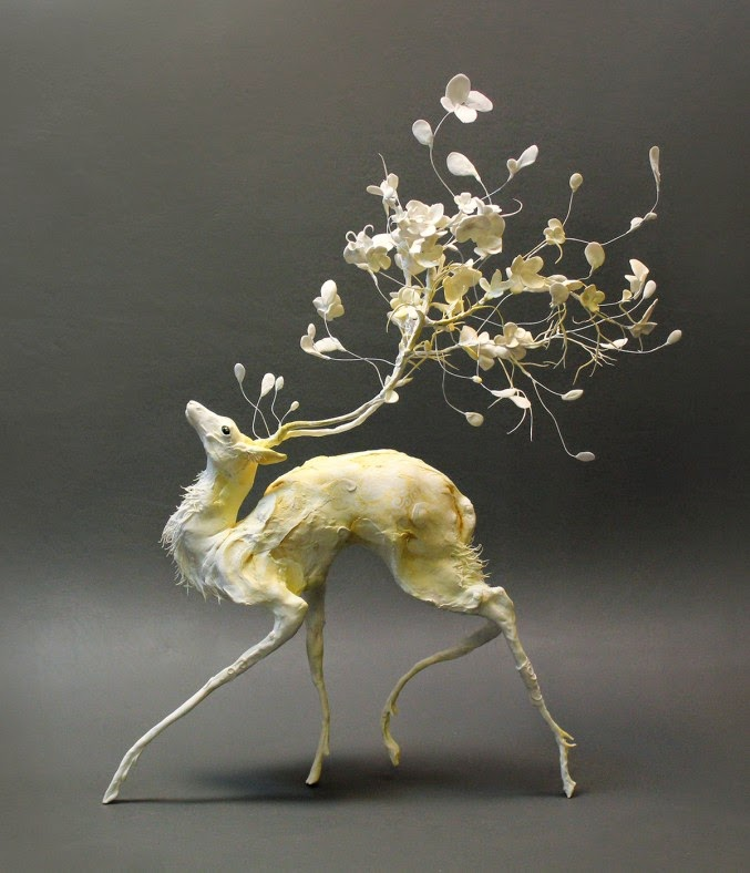 Fantástica y creativa escultura surrealista que mezcla un siervo y flores en los cuernos