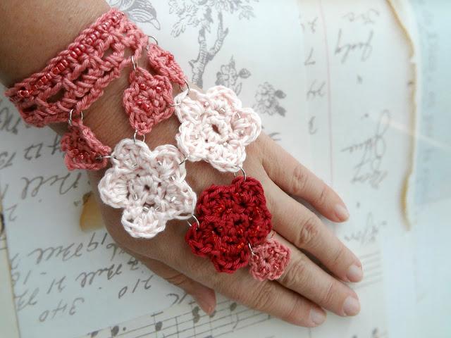 Crochet Hanging Flowers Bracelet – free pattern