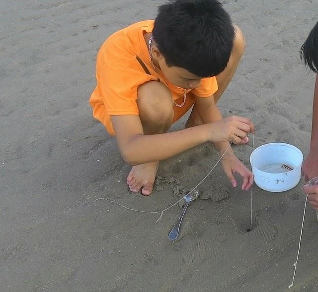 Ngộ nghĩnh những đứa trẻ câu tôm tích ở biển Vũng Tàu