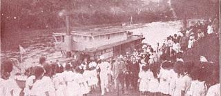 """Washington Luiz chegando a Xiririca (""""A Vida Moderna"""", nº 415, de 29-9-1921)."""