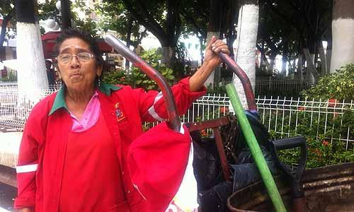 La heroína de la escoba en el zócalo de Veracruz