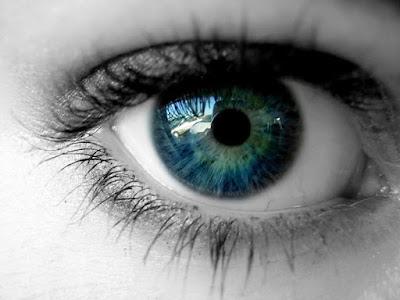 ojos de colores de una mujer adulta