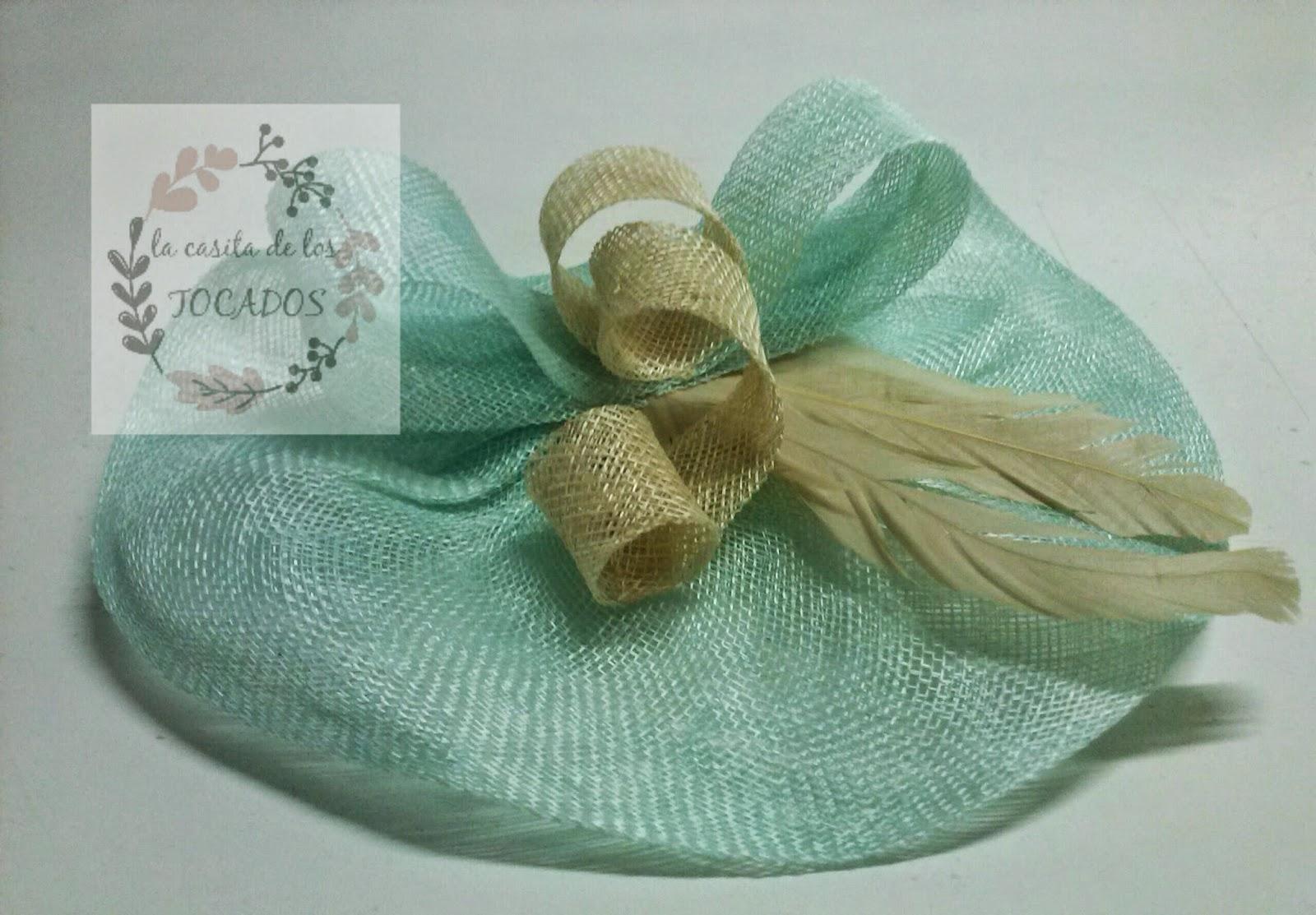 tocado con base artesanal redonda de sinamay en color verde agua con plumas beige