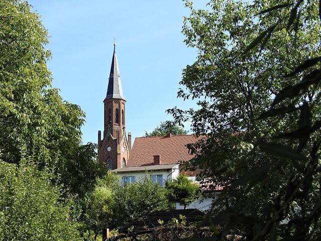 Wieża kościoła wznosi się nad miasteczkiem.