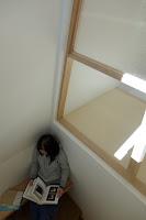 旗竿地に建つ木造3階建て住宅:深沢の家,階段,ベンチ,読書コーナー, 小形 徹 * 小形 祐美子プラス プロスペクトコッテージ 一級建築士事務所の設計