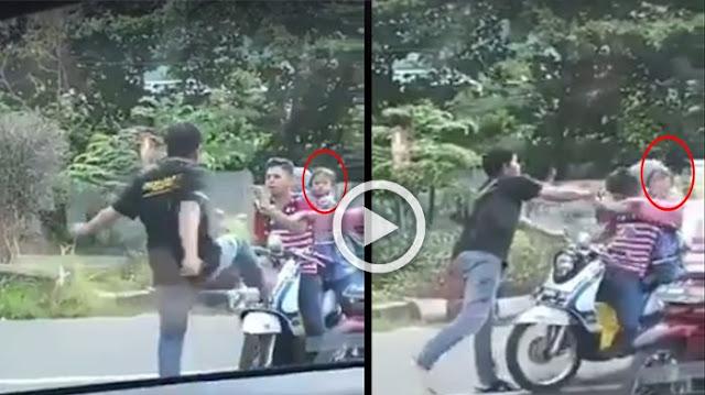 Mobilnya Keserempet, Pria Ini Langsung Pukuli Pengendara Motor Didepan Anaknya Secara Brutal