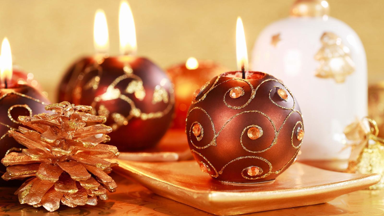 BANCO DE IMGENES Velas en forma de esferas encendidas en la mesa durante la cena de Navidad  Postales Navideas