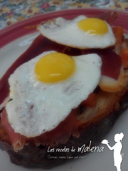 Tosta de huevos de cordoniz con jamón