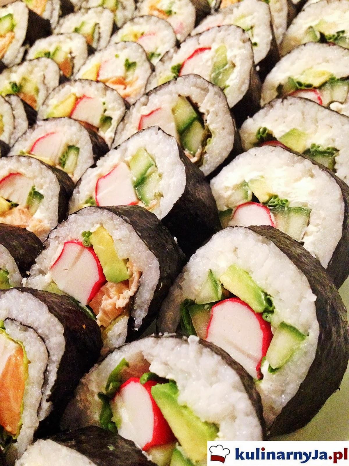 Sushi z łososiem, avocado, paluszkami krabowymi