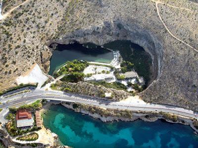 Λίμνη της Βουλιαγμένης: Τα σπήλαια, ο θρύλος της γοργόνας και οι 8 νεκροί δύτες