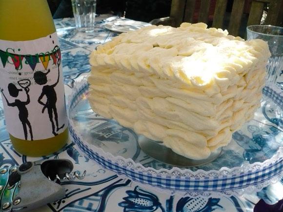Ruffles op slagroom cake taart