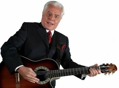 Foto de Enrique Guzmán con su guitarra