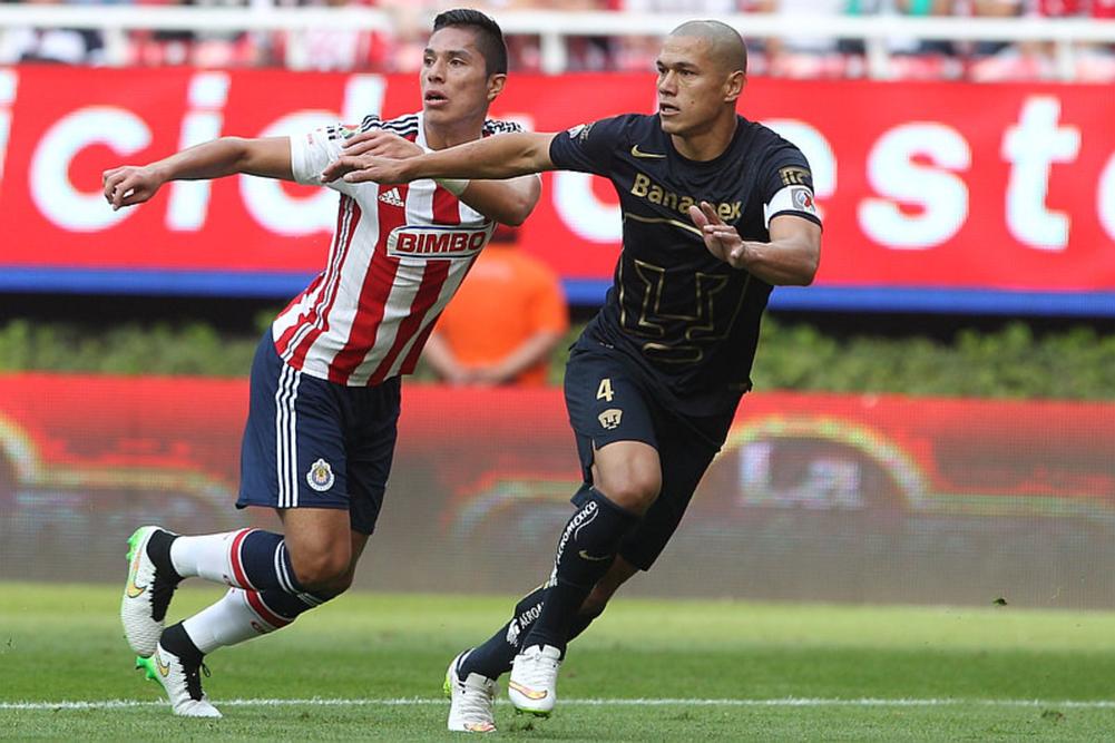 Salcedo actualmente juega a préstamo con la Fiorentina de Italia.