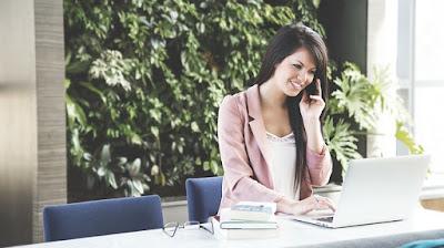 Jeune femme à son bureau dans un centre d'affaires BURO Club.
