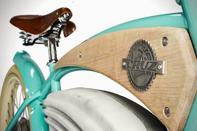 Acabado en madera de bicicleta cruz