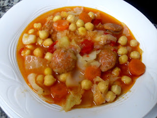 Potaje de garbanzos con chorizo y verduras.
