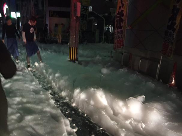 Záhadná pěna v japonském městě po zemětřesení. Odborníci si neví rady, že by efekt umělého zemětřeseníi