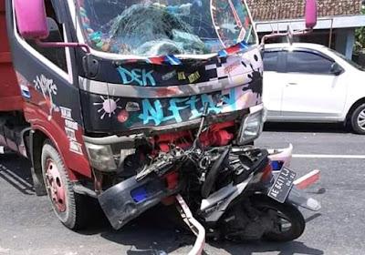 Kecelakaan Garon Madiun Honda Beat Tabrak Truk