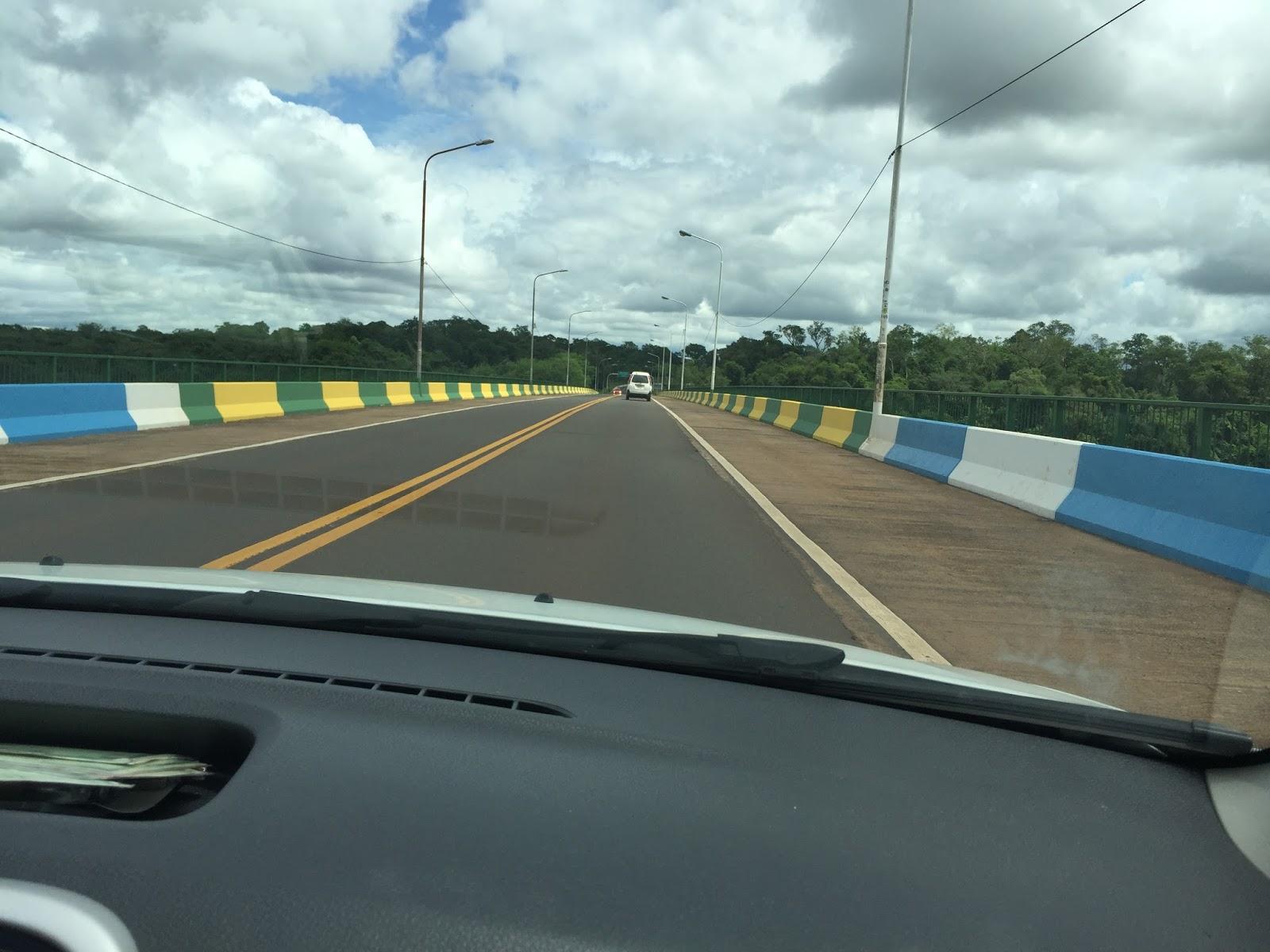 Ponte divisa Puerto Iguazú e Brasil