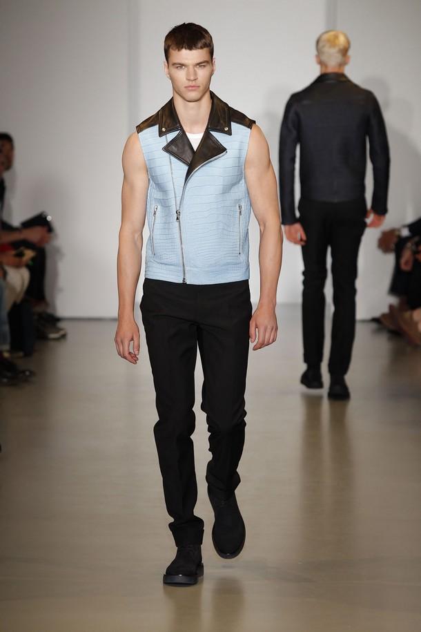 ee41086c00871 A essência e a simplicidade da estação quente do ano foi desfilada pela Calvin  Klein Collection nesta temporada em Milão, na Itália.