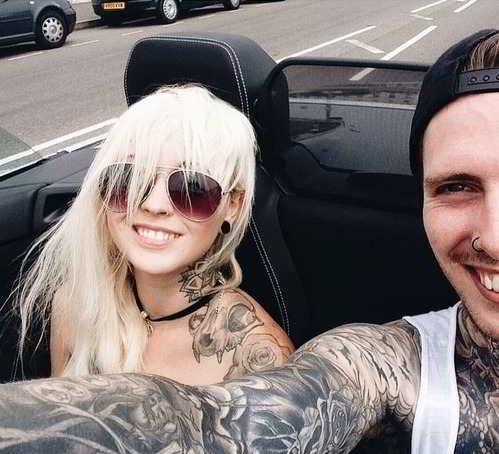 Tatuajes de Pareja en su auto riendo