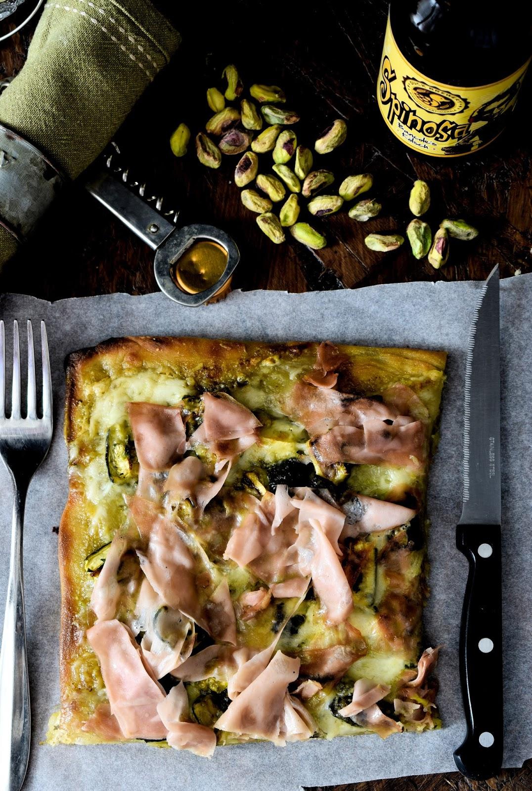 Pizza con pesto di pistacchio, Mortadella, provolone dolce e zucchine arrostite