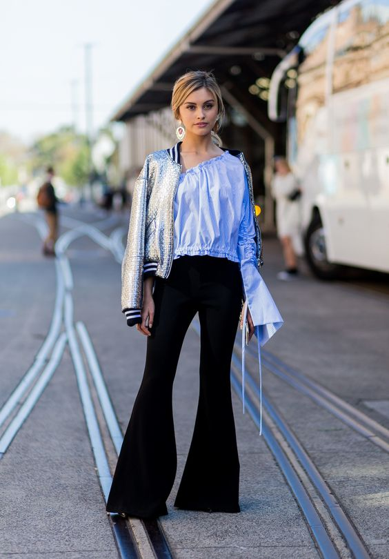 Look do dia - Casaco bomber metalizado calças flare e blusa azul street style