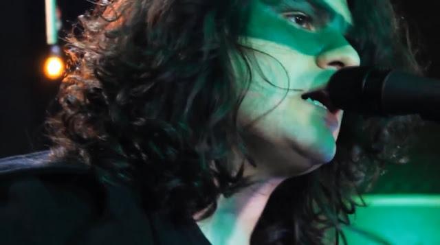 "GLOWING TREE: confira vídeo ""Johnny Parker"" da série Live in Studio"