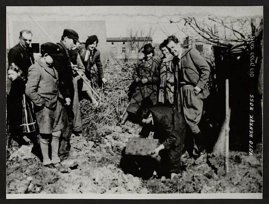 These 32 Pictures Had Been Buried For Years. The Reason Is Heart-Breaking - 1945: Henryk Ross' Excavating His Hidden Box Of Negatives And Documents From The Lodz Ghetto