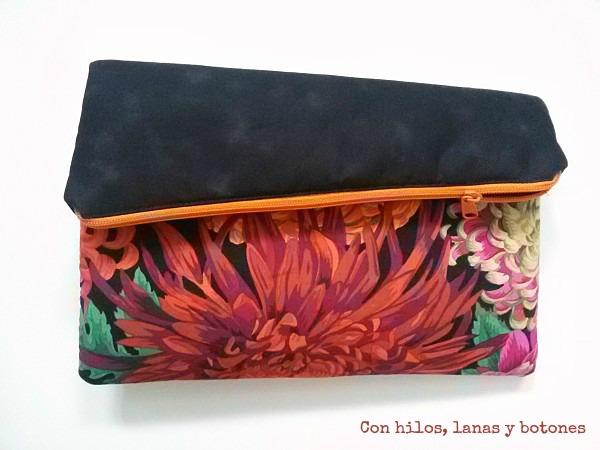 Con hilos, lanas y botones: Cartera de mano para la falda UDA (fold over clutch)