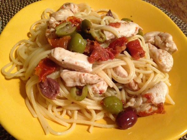 Спагети с пиле, маслини, сушени домати и каперси