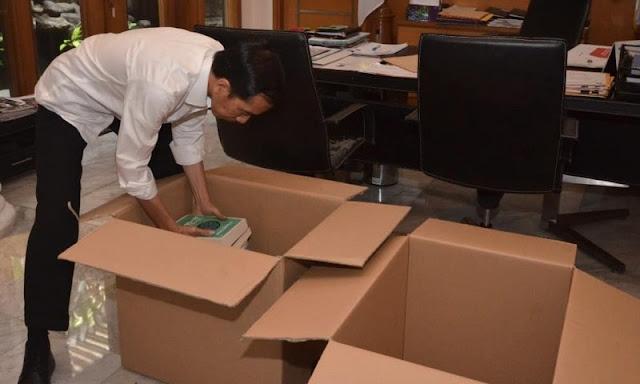 Jokowi Unggah Momen Kemas Buku, Netizen Tanya: Itu Buku Nama-Nama Ikan Pak?