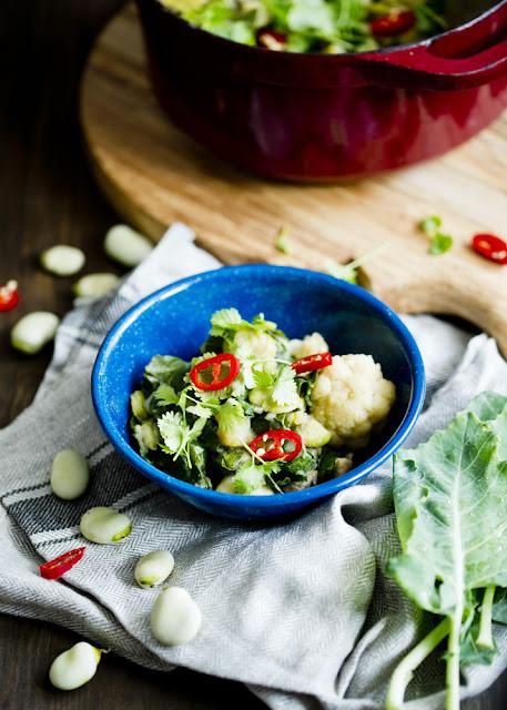 curry z bobem, ziemniakami i liśćmi kalarepy