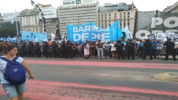 Marchan en Argentina contra políticas de ajuste de Macri