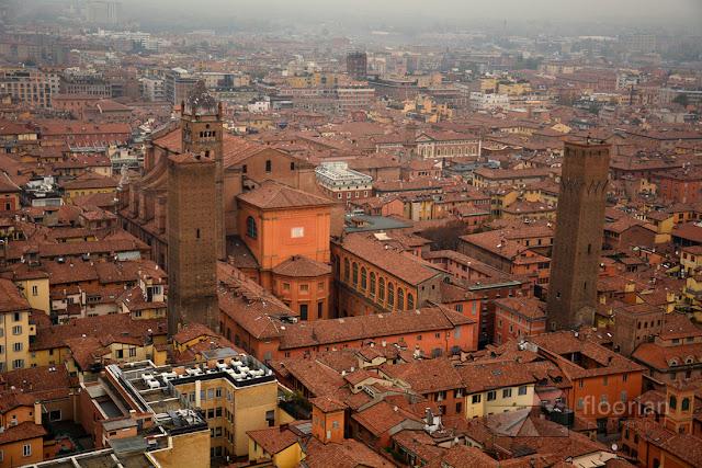 Widok ze szczytu wieży Torre degli Asinelli w Bolonii we Włoszech