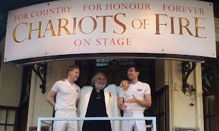 Imagen de Vangelis en la ceremonia de apertura de los Juegos Olímpicos de Londres de 2012. En la imagen aparece abrazando a dos atletas con indumentarias de la película