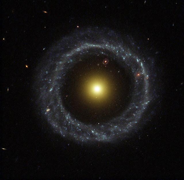 Thiên hà Hoag, thiên hà có dạng hình tròn nổi tiếng được phát hiện vào năm 1950. Hình ảnh: R. Lucas (STScI/AURA)/Hubble Heritage Team/NASA