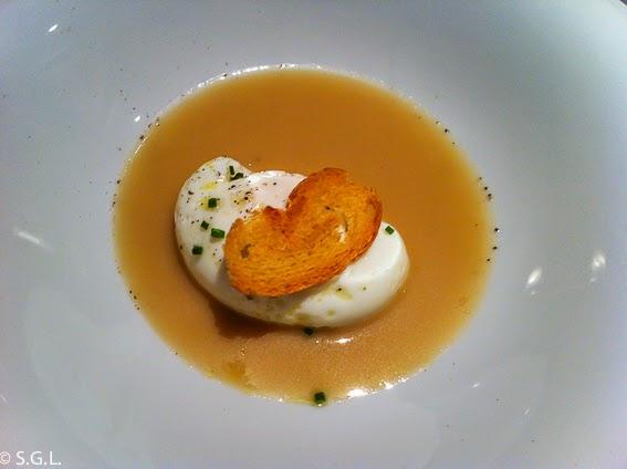 Huevo Poche y veloute de gallina del restaurante Osmosis en Barcelona