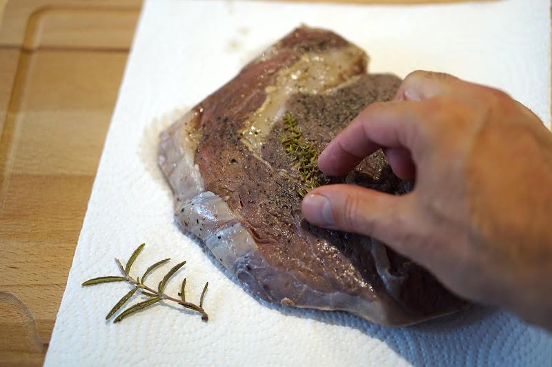 Sous-vide Steak - Kräuter entfernen und trockentupfen