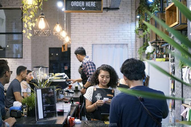 Suasana di meja kasir kedai kopi