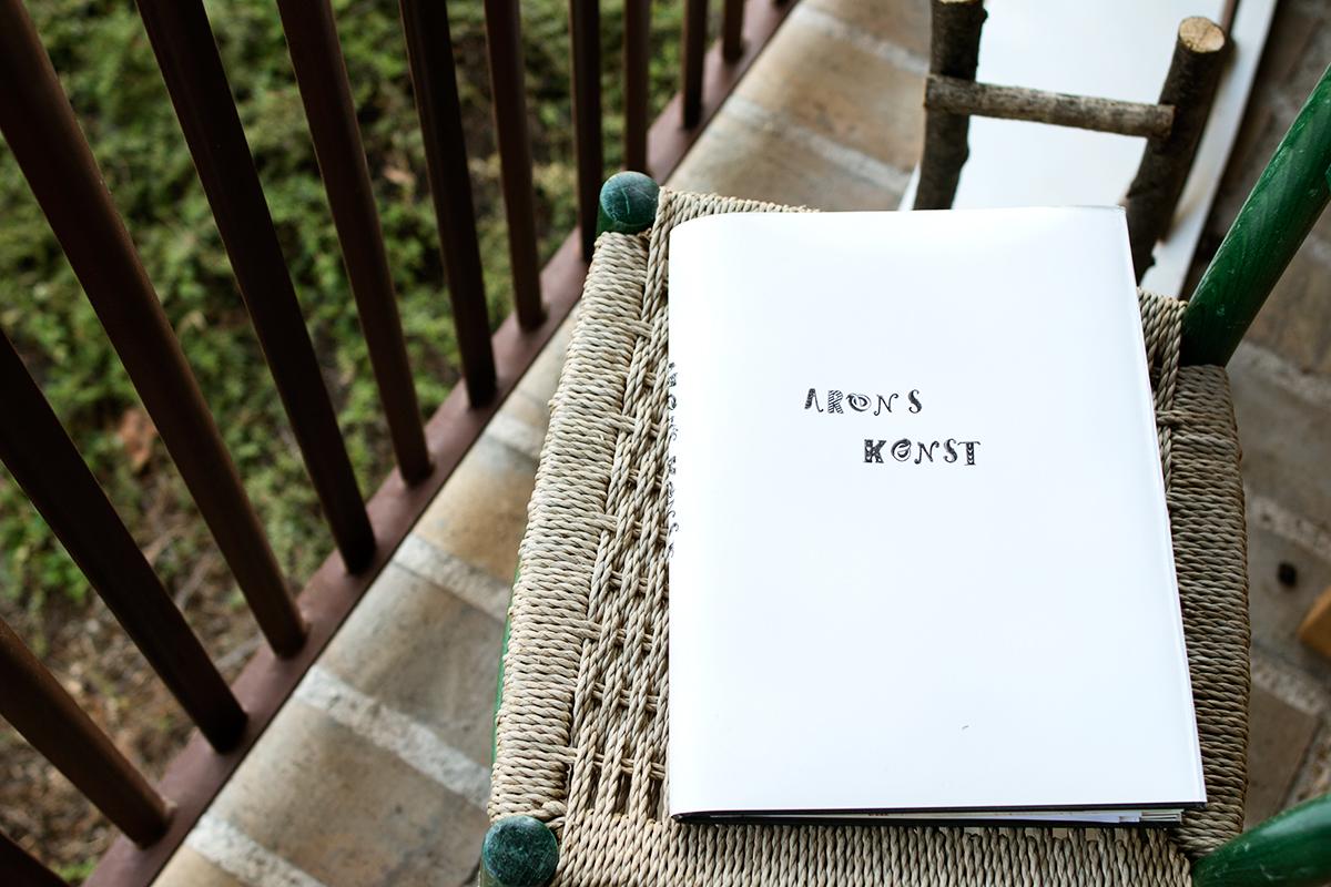 Gör om en bok från loppis till en förvaring för barnens konstverk
