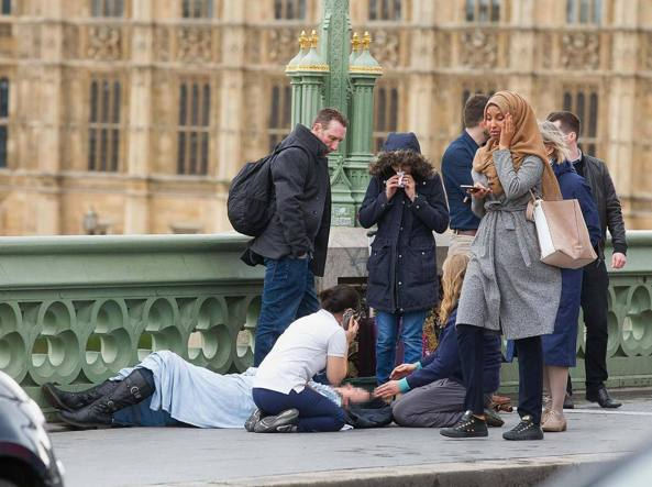 Buongiornolink - Donna islamica passeggia su morto di Jihad a Londra era fake news di troll russo