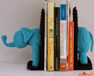http://translate.google.es/translate?hl=es&sl=en&u=http://www.mooglyblog.com/crochet-elephant-bookends/&prev=/search%3Fq%3Dhttp://www.mooglyblog.com/crochet-elephant-bookends/%26safe%3Doff%26biw%3D1429%26bih%3D961