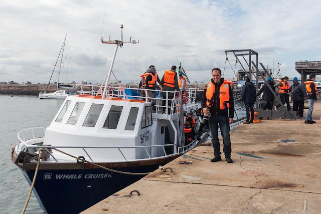 Barco que se utiliza para salir a ver ballenas en Hermanus, Sudáfrica