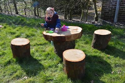 tuin, hout, theekransje, tafel en stoelen,