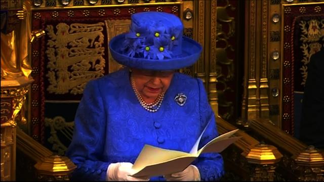 http://www.rp-online.de/politik/ausland/politisches-statement-oeffentlichkeit-raetselt-ueber-anti-brexit-hut-der-queen-aid-1.6898147