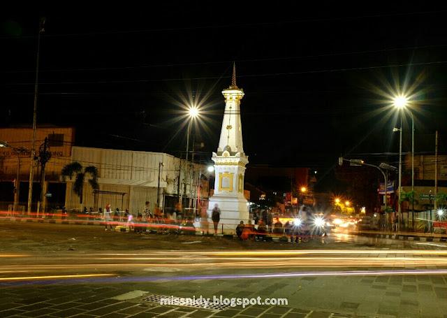 monumen tugu jogja malam hari