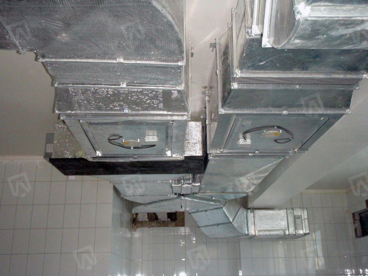 Для уменьшения затрат на нагрев и охлаждение приточного воздуха используется пластинчатый рекуператор